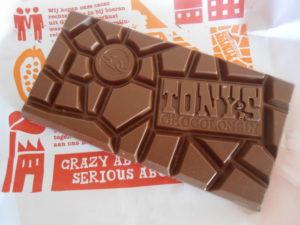 Geen marktonderzoeker of Vlerick Business School-boy op deze planeet zal dit soort portionering van Chocolade een goed idee vinden. Toch wil Tony's Chocolony met de verpakking en vormgeving van haar repen consumenten herinneren aan de strijd die ze leveren.